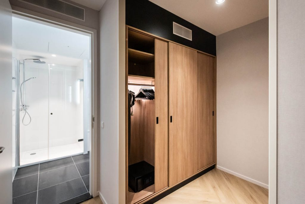 YAYS Amsterdam Docklands, One Bedroom Grand Apartment, Closet
