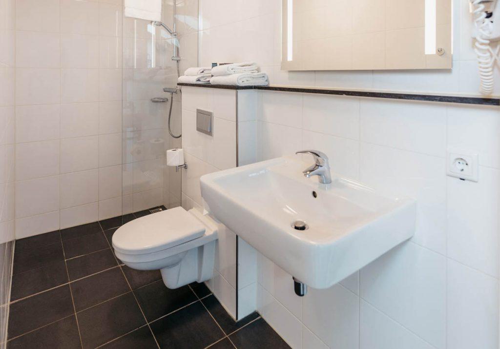 YAYS Amsterdam Maritime, Family Apartment, Bathroom